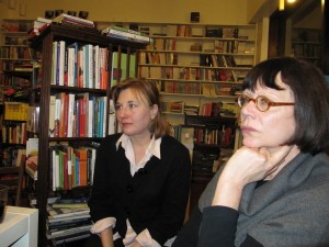 Iida Simes (vas.) ja Kristina Carlson Penin johtokunnan kokouksessa 2010.