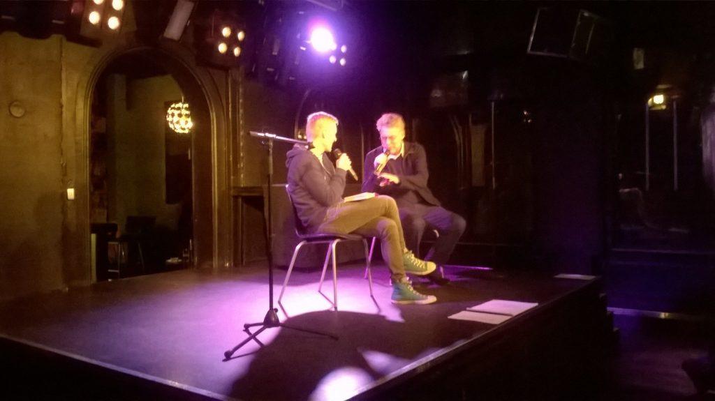 Artemi Troitski sai yleisön nauramaan Riku Toivolan haastattelussa.