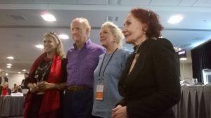 Presidenttiehdokkaat Zeynep Oral, Turkki (vas.) & Vida Ognjenovic, Serbia (oik.) John Ralston Saulin ja Jennifer Clementin kanssa.