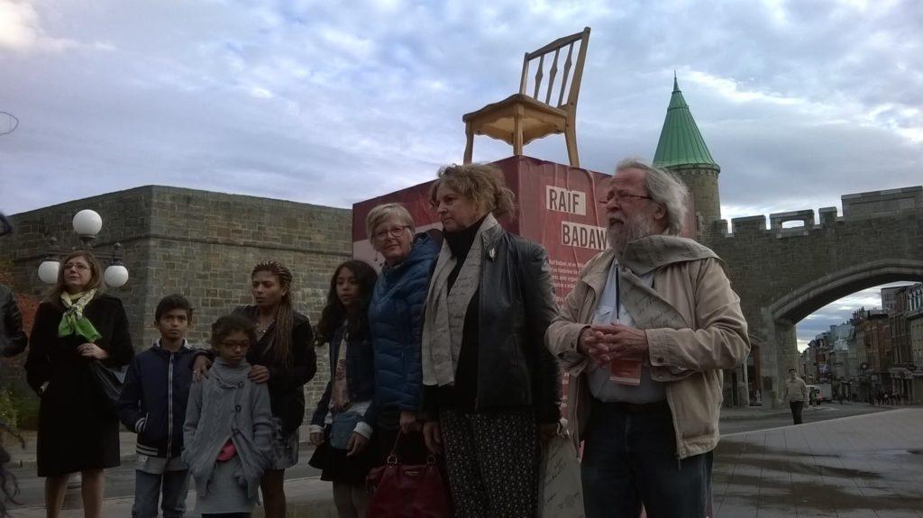 Ensaf Haidar, neljäs vasemmalta, perheineen, WiPC-pj. Marian Botsford-Fraser ja Québecin PEN:in pj. Émile Martel Raif Badawin tyhjällä tuolilla Québecissa.