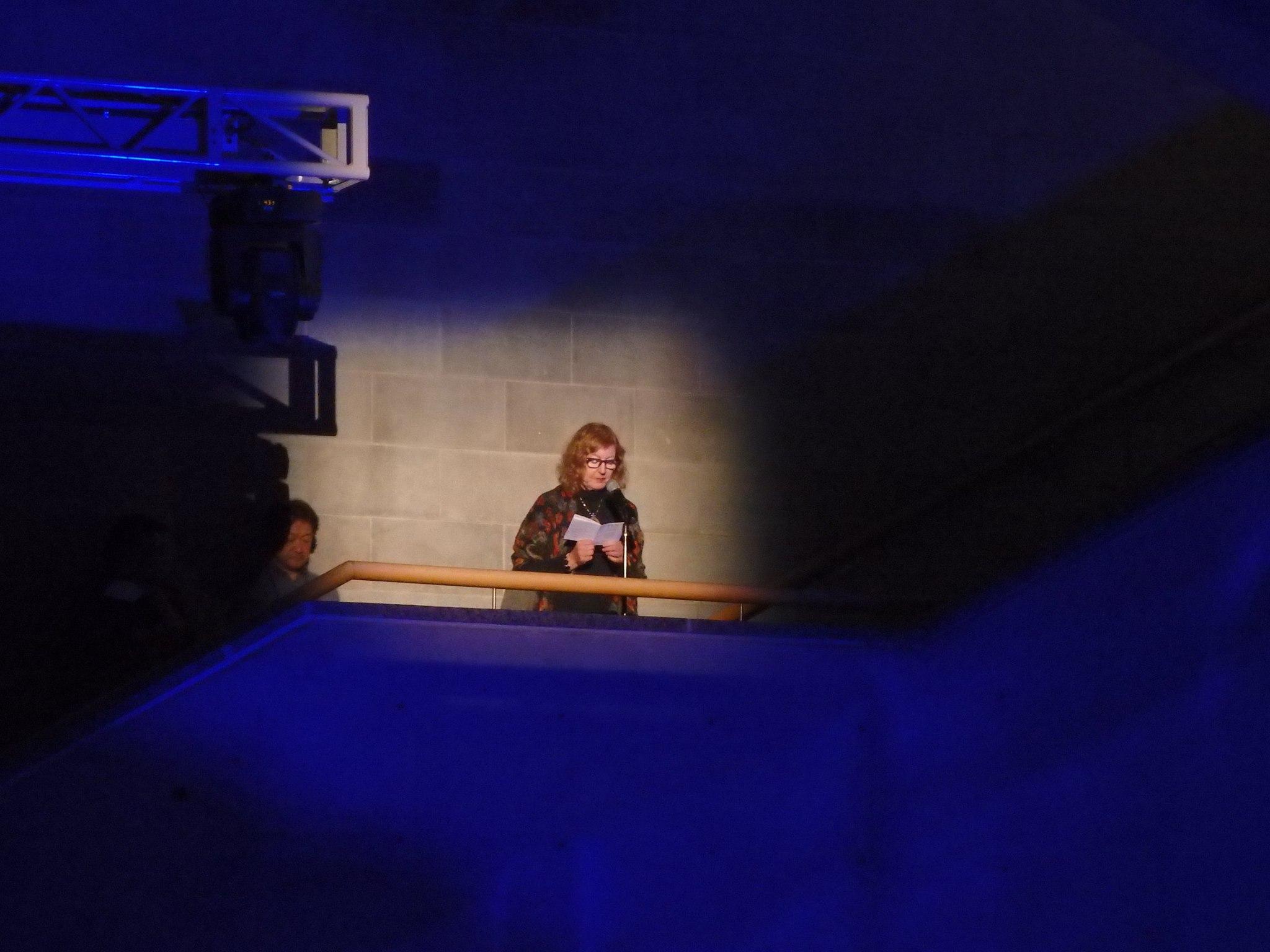Marianne Bargum lukemassa ruotsintamaansa Josephine Bakerin runoa yleiskokouksen avajaisseremoniassa. Kuva: Sirpa Kähkönen