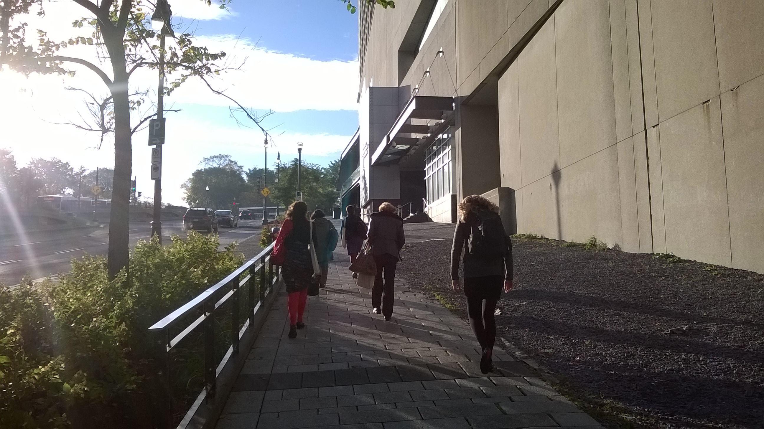 Windy city, tämäkin. Tuulta päin - delegaatit taivaltavat konferenssikeskukseen.
