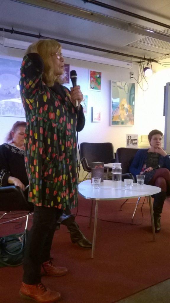 Yleisössä nähtiin useita tuttuja, kommentointivuorossa kirjailija Anita Konkka