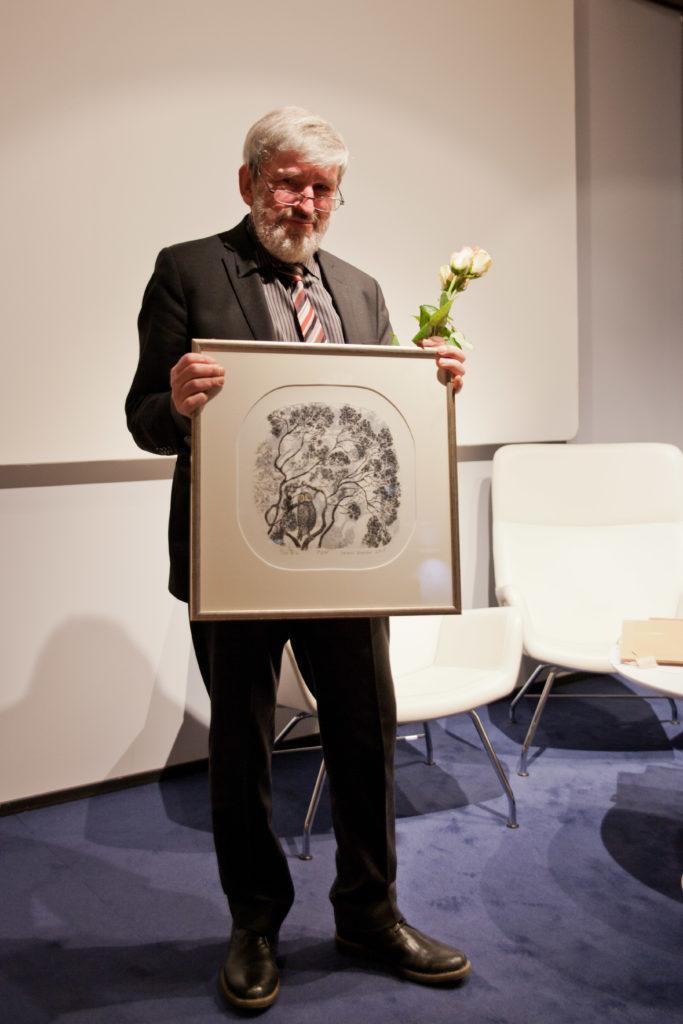 """Matti Suurpää med Inari Krohns grafikverk """"Pöllö""""."""
