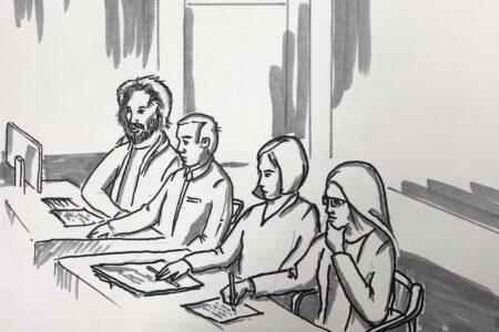 Oikeussalipiirroksessa istuvat rivissä Junes Lokka ja Johanna Vehkoo asianajajineen pöydän ääressä.
