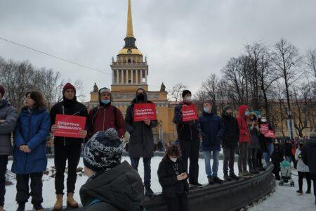 Navalnyita tukevia mielenosoittajia Amiraliteetin edustalla Pietarissa 23.1.2021.