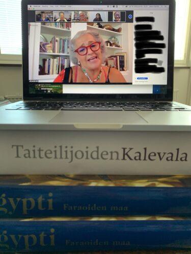 Tietokoneen näytöllä Zoom-tapahtuma, jossa Judyth Hill lukee tekstiään.