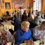 Rauhankomiteoiden kokoukseen osallistujia ravintolasalissa. Etualalla kansainvälisen puheenjohtaja Jennifer Clement.