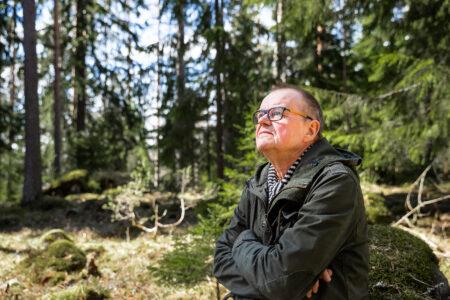 Kirjailija Jukka Niskanen metsässä